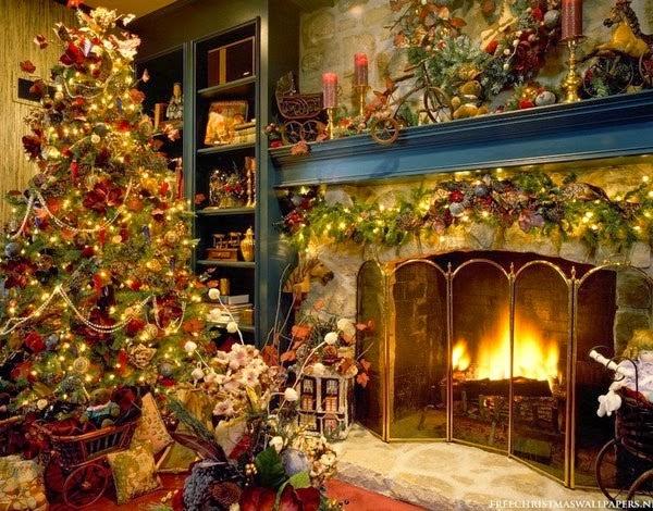 Χριστουγεννιάτι δέντρο δίπλα στο τζάκι