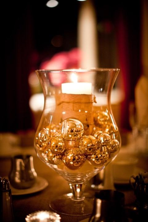 Χρυσές μπάλες σε ποτήρι