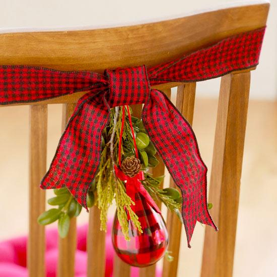 Kόκκινη κορδέλα σε κάθε καρέκλα
